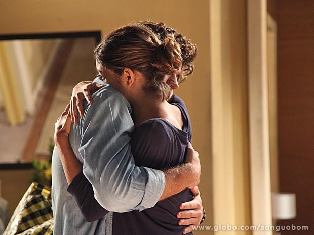 Os dois dão um abraço super carinhoso. (Foto: Jacson Vogel/TV Globo)
