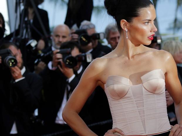18/05 - A modelo brasileira Adriana Lima chega à première do filme 'The homesman' no 67º Festival de Cannes (Foto: Reuters/Eric Gaillard)
