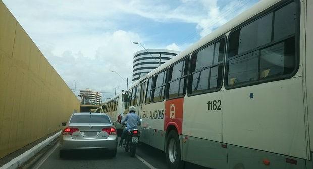 Com o caminhão parado embaixo do viaduto, os ônibus não conseguiam passar e tiveram que esperar a liberação da pista (Foto: Cau Rodrigues/G1)