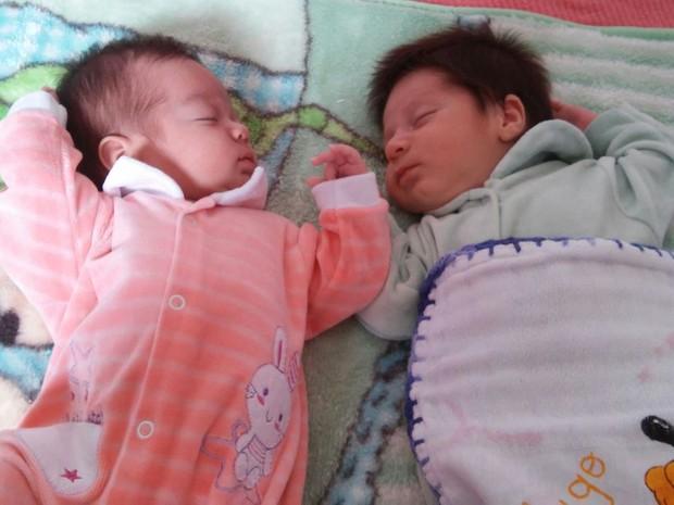 Os primos Sophia e Victor Hugo são cuidados juntos pelas mães que são gêmeas (Foto: Bianca Trajano/ arquivo pessoal)