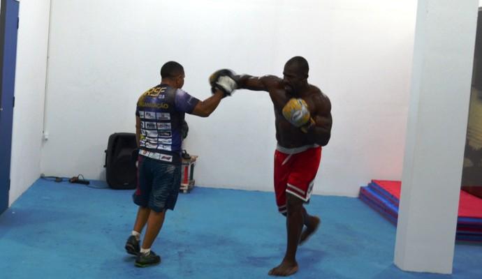 Mondragon tem como base boxe e muay thai, mas afirma que também 'se garante' no solo (Foto: Thiago J Cabral)
