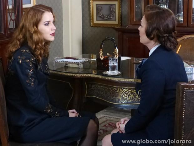 Sílvia abre o coração para Pilar e revela seus sentimentos por Viktor (Foto: Joia Rara/TV Globo)