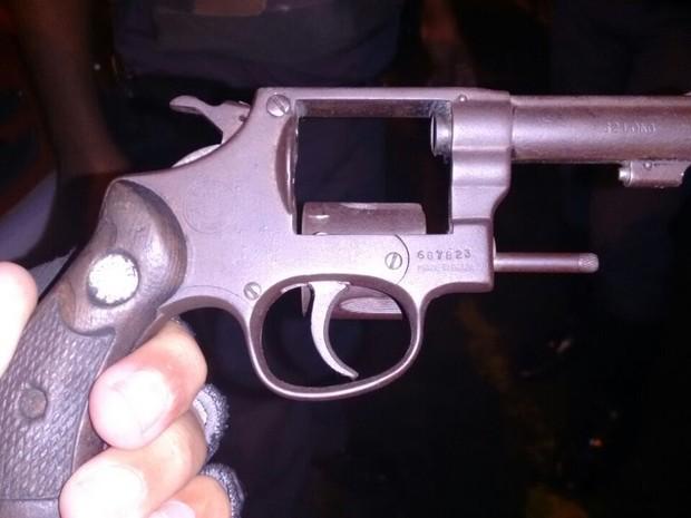 Arma que efetuou disparos contra policial foi apreendida  (Foto: Divulgação/Polícia Civil)