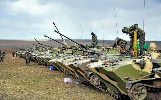 Soldados ucranianos se preparam a resistir á invasão russa da Crimeia (Foto: The Asahi Shimbun via Getty Images)