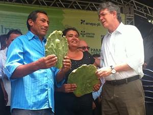 Governador Ricardo Coutinho entrega raquete de palma resistente à praga (Foto: Divulgação/Secom)