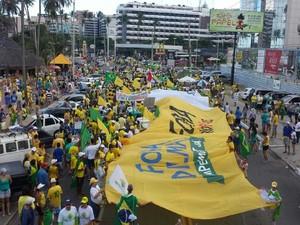 Manifestantes tomam Orla de Maceió em protesto contra a corrupção no país (Foto: Lucas Leite/G1)