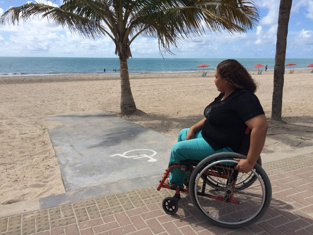 Rampa de concreto não deixa o cadeirante perto do mar, diz Rosiana (Foto: Michelle Farias/G1)