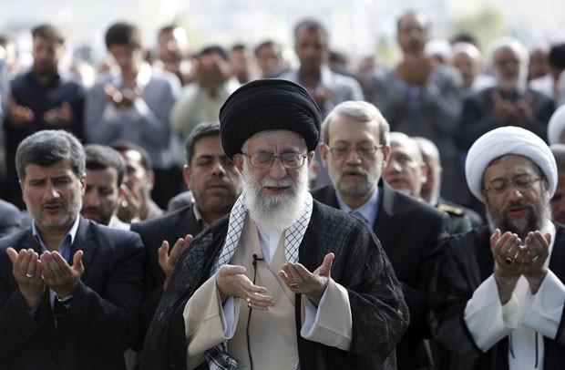 O aiatolá Ali Khamenei durante reza do Eid al-Fitr em Teerã nesta terça-feira (29). Na ocasião, ele condenou a ofensiva de Israel em Gaza (Foto: Office of the Iranian Supreme Leader/AP)