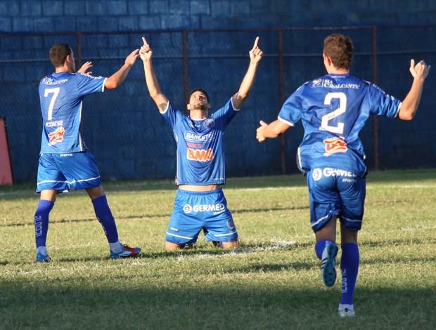 Jogadores do Vitória-ES comemoram o primeiro gol da partida (Foto: Simon Dias/Rádio ES)