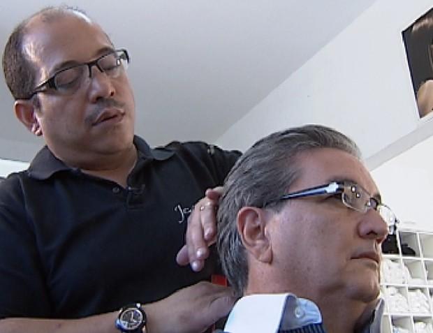 Luzes invertidas são opções para disfarçar os cabelos brancos (Foto: Reprodução / TV Tem)
