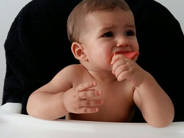 O bebê Bernardo, que desde os seis meses vem sido apresentado a alimentos saudáveis pela família em Brasília, experimentando goiaba (Foto: Marília Borges/Arquivo Pessoal)