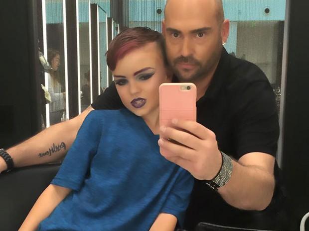 O maquiador Joey Killmeyer mostra o resultado da aula de maquiagem de Ethan (Foto: Reprodução/Facebook/Joey Killmeyer)