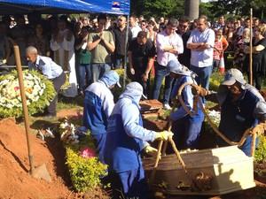 Corpo do pai do cantor Leonardo é enterrado no mesmo túmulo de Leandro em Goiânia, Goiás (Foto: Luísa Gomes/G1)