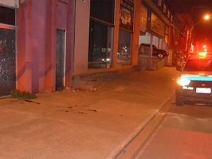 Homens foram baleados na marginal da BR-364 (Foto: Fernando Luiz/Comando 190)