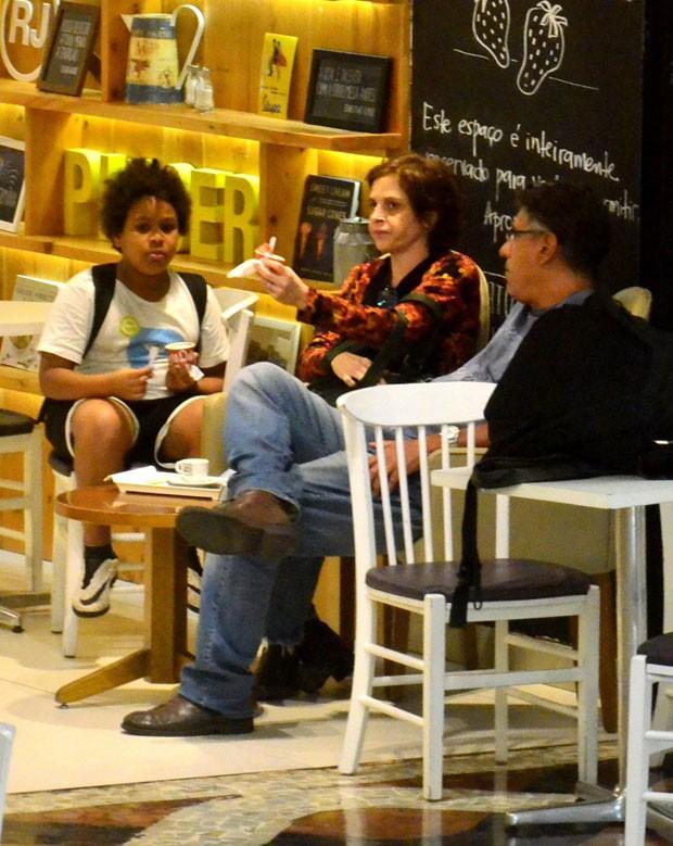 Mateus, Drica e Fernando fazem um lanche (Foto: AgNews)