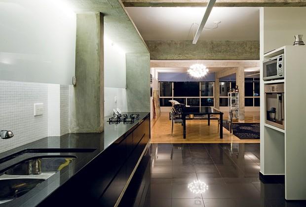No projeto do arquiteto Eduardo Chalabi, a cozinha foi emoldurada por uma caixa de concreto, que embute a bancada de granito e os armários (Foto: Casa e Jardim)