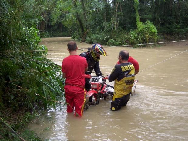 Motoqueiro e moto são retirados pelos bombeiros de área alagada (Foto: Divulgação/Corpo de Bombeiros)
