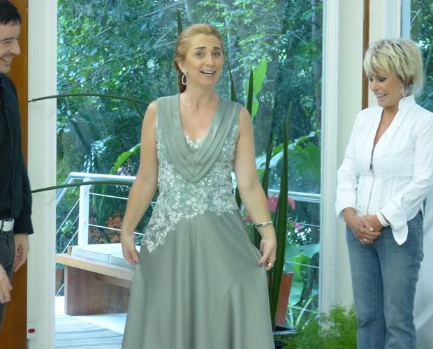 Tufvesson usa a criatividade, tinge vestido e muda o look de professora no Mais Você (Foto: Mais Você - TV Globo)