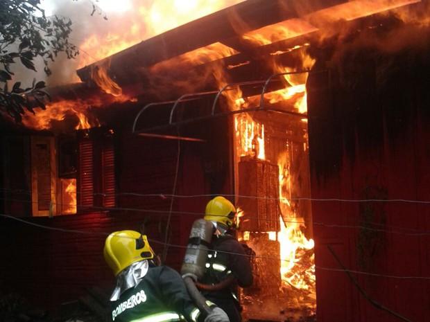 Incêndio destruiu residência em Caxias do Sul (Foto: Corpo de Bombeiros/Divulgação)