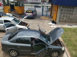 Carros foram usados pelos criminosos para tentar transportar as drogas  (Foto: Divulgação/PRF)