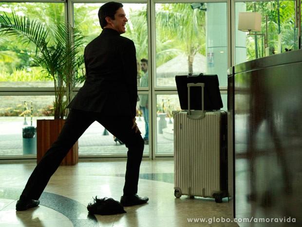 Félix dança funk em hall do hotel (Foto: Ellen Soares/ TV Globo)