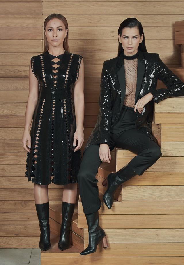 Sabrina Sato usa vestido de paetês e cristais Swarovski (R$ 8.489) com botas de couro (R$ 1.133) e Fernanda Motta usa blazer de paetês (R$ 3.497), blusa de tule e paetês (R$ 827), calças de gabardine (R$ 1.994) e botas de couro (R$ 1.133) (Foto: Hickduarte / Set Design: Mangaba)