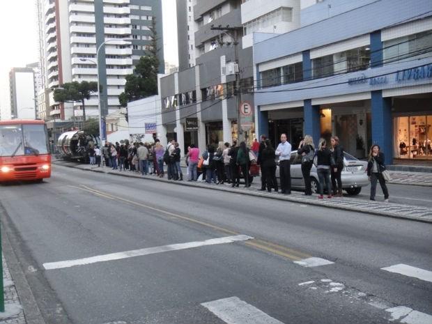 Em horário de rush, usuários do trasnporte coletivo esperam vota das estações tubo (Foto: Luis Antônio de Andrade Silva)