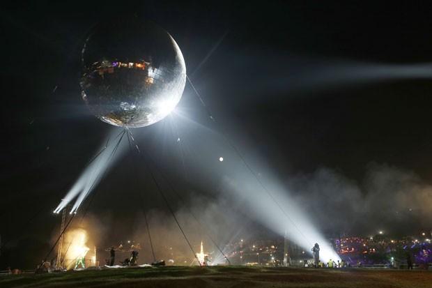 Festival exibiu bola de discoteca de 10,3 metros de diâmetro (Foto: Jim Ross/Invision/AP Images)