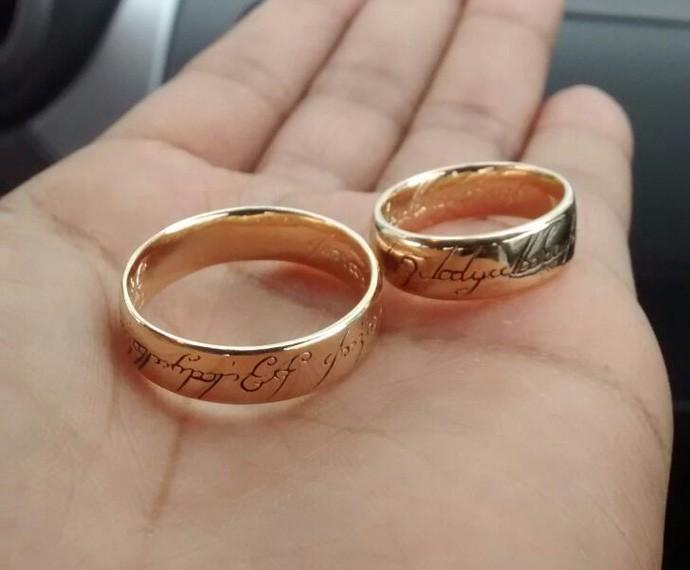 Aliança de casamento é inspirada no filme 'O Senhor dos Aneis'. Mais nerd, impossível! (Foto: Arquivo pessoal)