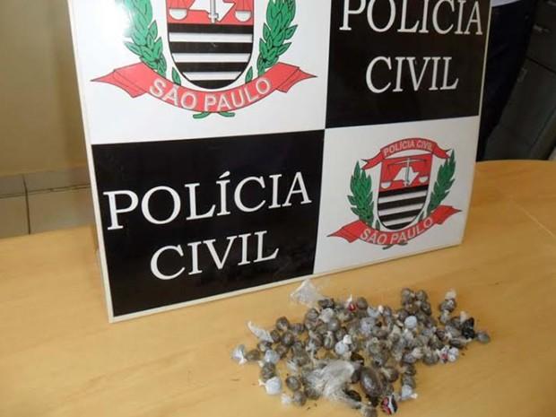 Maconha foi encontrada dentro do vaso sanitário da unidade escolar; detento confessou delito aos policiais (Foto: Divulgação/Polícia Civil)