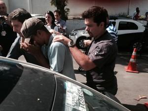 Caseiro do coronel Paulo Malhães, Rogério Pires, é conduzido pela polícia após sua prisão (Foto: Guilherme Brito/G1)