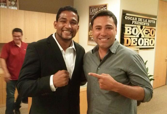 Oscar de la Hoya com Esquiva Falcão, do boxe, em Las Vegas (Foto: Reprodução / Twitter)