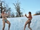 De biquíni, Mayra Cardi faz guerra de gelo com a irmã em viagem à Suíça
