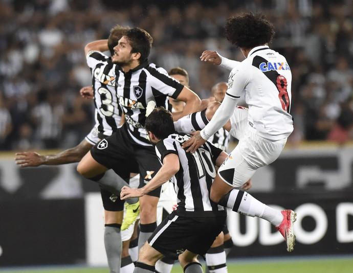 Douglas atinge João Paulo em Botafogo x Vasco (Foto: André Durão)