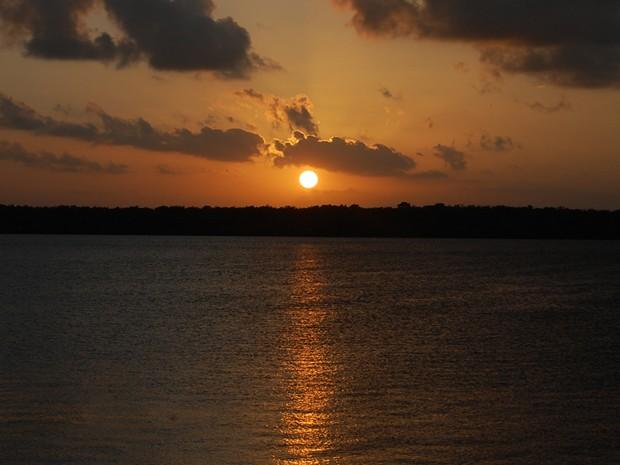 Maior atrativo da Praia do Jacaré é o pôr-do-sol às margens do Rio Paraíba (Foto: Krystine Carneiro/G1)