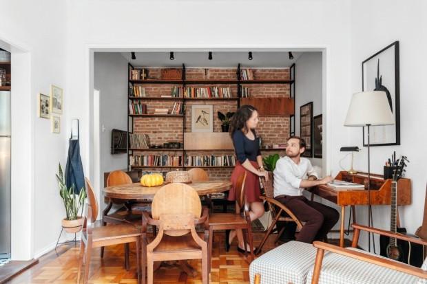 Andressa e Tomás posam junto à escrivaninha, com desenho de Daniel Bolson e executada pela Tecno Móveis, em meio ao living. A cadeira, com design de Carlos Motta, foi comprada na Bó (Foto: Cristiano Bauce / Divulgação)