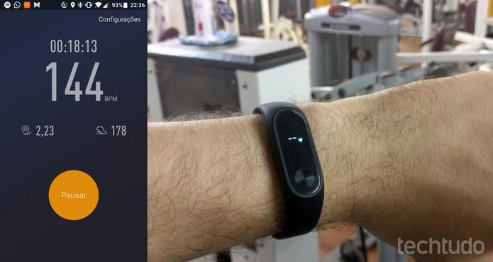 Mi Band 2 pode registrar corridas e batimentos cardíacos em tempo real (Foto: Elson de Souza/TechTudo)