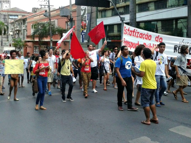 Manfiestantes percorreram ruas do centro de Cuiabá pedindo pelo não reajuste da tarifa (Foto: André Souza/G1)