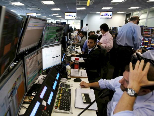 Operadores trabalham em uma corretora de valores em São Paulo, nesta quinta-feira (10) (Foto: REUTERS/Paulo Whitaker)