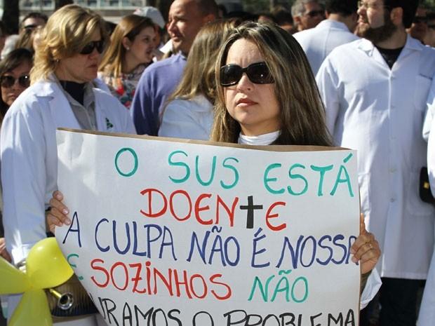 Com cartazes, médicos protestam na Praça Rui Barbosa, no Centro de Curitiba  (Foto: Vagner Rosario/Futura Press/Estadão)