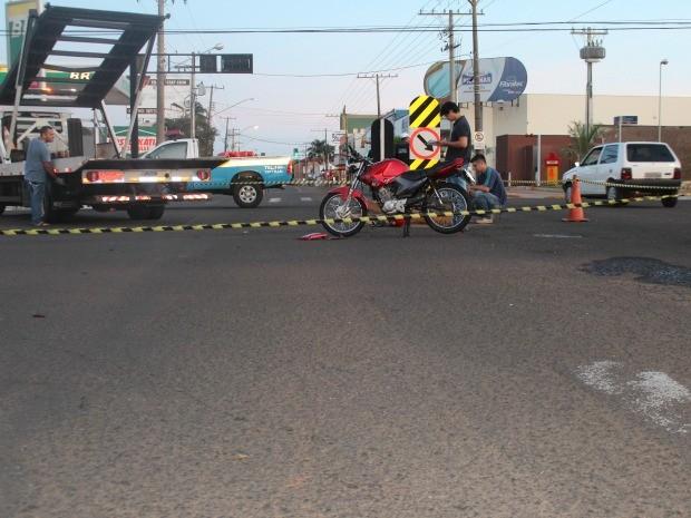 Rapaz estava sozinho na motocicleta; peritos estiveram no local (Foto: Nadyenka Castro/G1 MS)