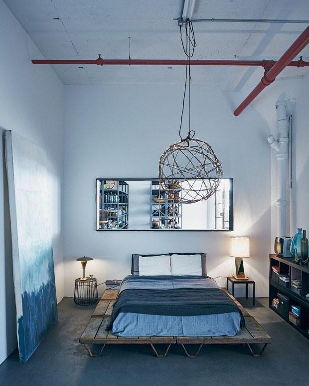 Quarto cinza e azul tem estilo industrial (Foto: Mark Seelen)
