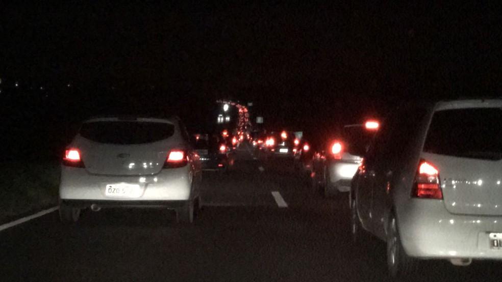 Colisão entre cinco carros deixa BR-324 congestionada, na noite deste domingo (Foto: Valma Silva/G1 Bahia)