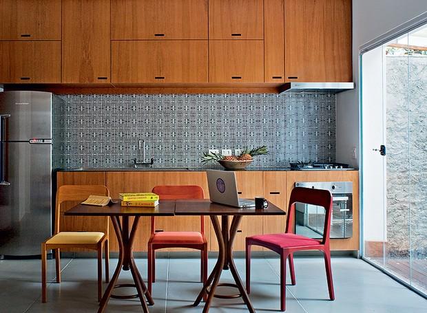 Para o apartamento de 67 m², o morador Renato Cymbalista pediu uma cozinha prática, concentrada em uma parede e totalmente integrada à sala. O arquiteto Gustavo Calazans sugeriu revesti-la de azulejos com grafismo que tem efeito óptico (Foto: Cacá Bratke/Casa e Jardim)
