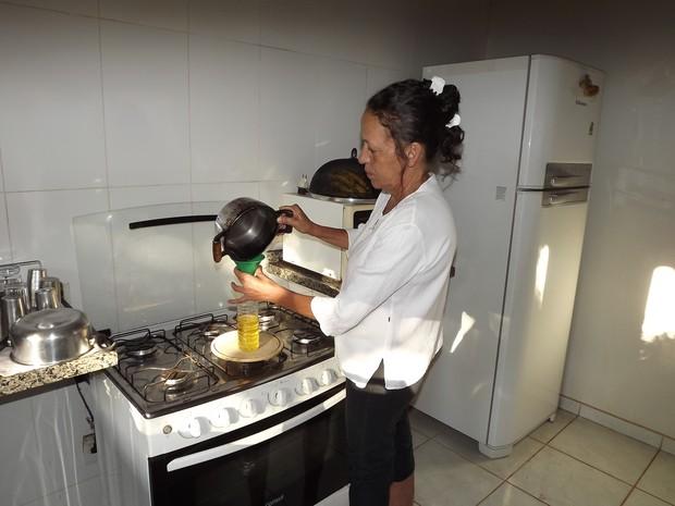 Dona de casa mostra como ela descarta o óleo de cozinha (Foto: Monique Almeida/G1)