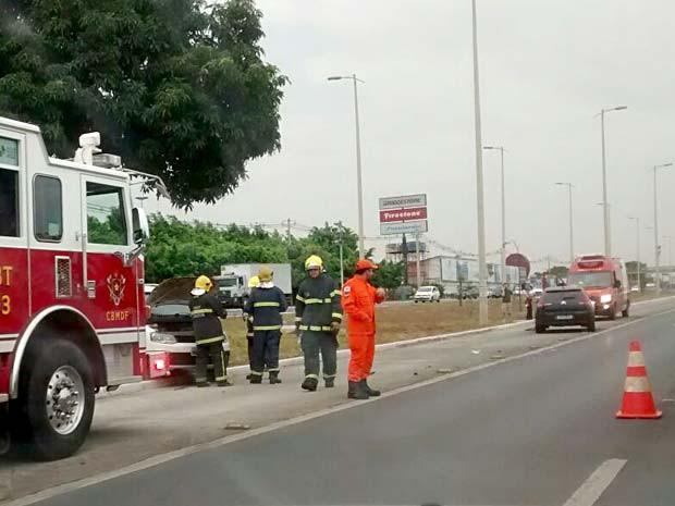 Bombeiros fazem atendimento após colisão na EPTG (Foto: Lucas Nanini/G1)