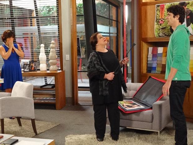 Ludmila invade escritório de Roberta com seu chicotinho e deixa Nando apavorado (Foto: Guerra dos Sexos / TV Globo)