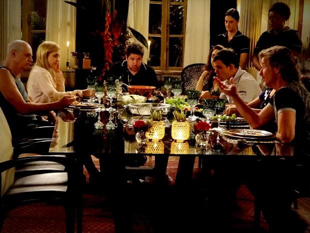 Max solta o verbo no meio do jantar (Foto: Avenida Brasil / TV Globo)