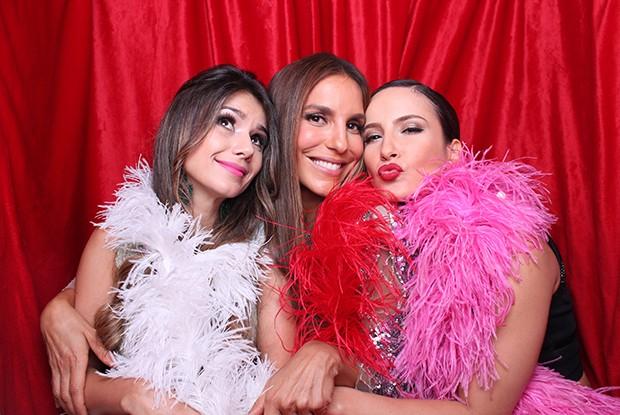 Paula Fernandes, Claudia Leitte e Ivete Sangalo se divertem em cabine (Foto: Domingão do Faustão/ Gshow)