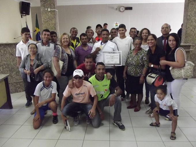 Marciano Barros junto à familiares e atletas após homenagem (Foto: Natanael Barros)